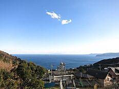 相模湾に浮かぶ初島・大島を目の前に望みます。四季折々の美しさに魅せられます。