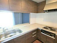 キッチン(L字型キッチンは動線が短くスムーズに作業できます。)