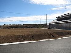 近隣に商業施設予定地があります。1号地南側隣地に既存建物があります。