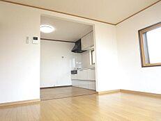リフォーム後のLDKの画像です。和室を洋室に変更して、15.5帖のLDKに変更しました。南側と西側に窓が有って明るい部屋になっています。