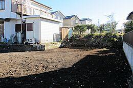 JR中央線「八王子」駅徒歩18分。京王高尾線「山田」駅より徒歩13分。地目:宅地、山林(現況更地)。設備:公営水道、本下水、都市ガス。