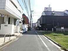 東側前面道路は幅員約4.2mあります。
