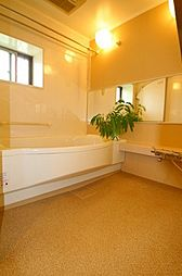 浴槽は時間が経ってもお湯が冷めにくいTOTO魔法瓶浴槽を採用、カラリ床で床表面の水を効果的に排水。浴室暖房換気乾燥機も付いてます。