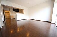 居間(LDKは約13.3帖の広さ。ご家族のおしゃべりが弾む、カウンターキッチンの間取り)