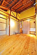 内装、天井もとても高く、生活感のある内装に仕上げてます。