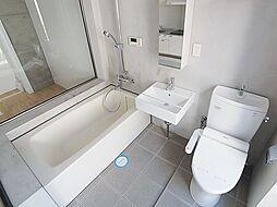 イーストビレッジ三宮のオシャレなバスルームですね。ウォシュレットもございます
