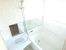 リフォーム済写真浴室は現在のタイル張りの浴室を解体し、ユニットバスを設置しました。新しいお風呂で癒しの空間に仕上げました。
