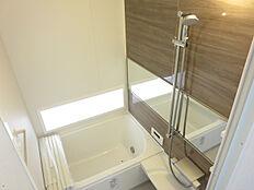 リフォーム後写真浴室はタイル張りの浴室を解体し、LIXIL製のユニットバスを設置しました。新しいお風呂で癒しの空間へと仕上げました。