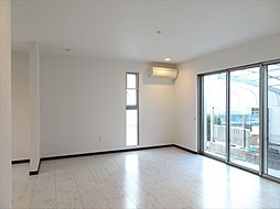 1階フロアはすべてタイル調の床にすっきりとした印象の室内です。