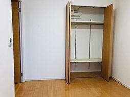こちらの洋室も、クローゼットが設置されています。