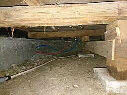 住宅に瑕疵(雨漏り、構造部分の欠陥や腐食など)があった場合は、弊社が引き渡しから2年間保証します。その前提で床下まで確認のリフォームをし、シロアリ被害調査と防除工事も行います。