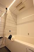 シャープで洗練されたデザインのバスルーム。上質な雰囲気が、安らぎと癒しの空間を演出します