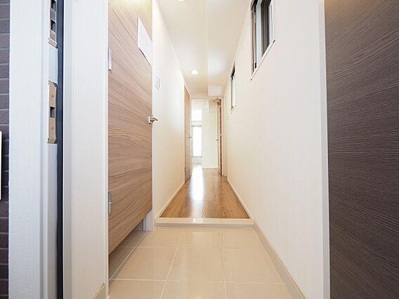 明るい玄関と廊...