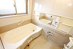 ワイドバスタブ、窓付きれいな浴室。