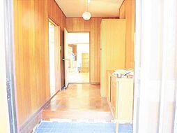 リフォーム前写真玄関ホール 壁・天井クロス張替、フローリング重ね張りします。玄関は住宅の顔。明るい空間で家族と来客をお出迎えします。