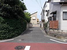 区立給田小学校から本物件を眺めます。