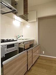 収納スペースもしっかりあります。お料理の段取りもよくなりますね。キッチン上部の棚です。普段使わない食器や食品のストックの場所として活躍しそうです。(2019年7月20日撮影)
