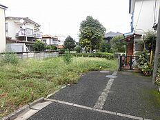 敷地の東側は緑地と遊歩道になっており、とても心地良い環境です