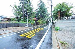 前面道路は幅員約5.5mの公道です。車通りの少ない道なので安心です。