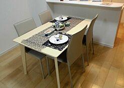 大き目のダイニングテーブルで、ゆったりとしたお食事はいかがですか。