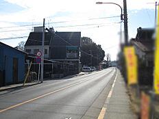 前面道路は幅員8mと広く、開放感もあります。