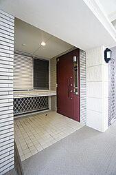 玄関の右手側が玄関ドア、左手側がアルコーブになっておりアルコーブの奥がトランクルームになっております