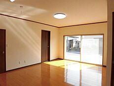 リフォーム済12.5帖のLDKです。床はフローリング重ね貼り、壁天井はクロスを張り替え照明器具はLEDに交換しました。南西道路側は幅約2.7mの掃出しサッシが付いてるので陽当りも良く、明るいリビン