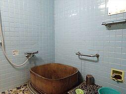 小窓付きの浴室。木の浴槽が素敵ですね。