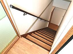 手摺り付きで安心の階段。