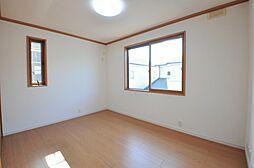 南東側約6帖ある洋室です。2面採光のため明るく風通しの良いお部屋です。