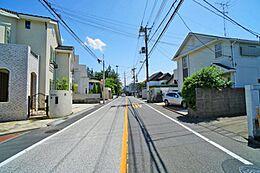 前面道路は約8mの公道ですので、大きめのお車をお持ちのご家庭でも安心です。