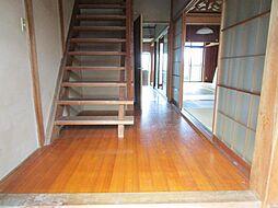 リフォーム中1階廊下は、天井・壁はクロスを張り替え、床はフローリング張り替え、照明交換を行います。玄関から入って最初に見るところが新しくなるのは気持ちがいいですね。
