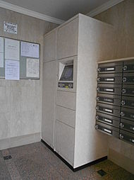 共用部には宅配ボックスがあり、不在時でも24時間荷物の受け取りが可能です