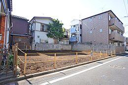 間口も広くとってあり周囲の住宅も敷地に余裕があり開放感があります。
