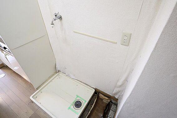 室内に洗濯機置...