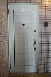 欧風のデザインが魅力的な玄関ドア.