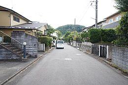前道も幅員約6mあり、ゆったりとしております。