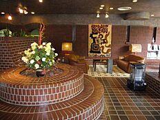 外壁の白に対してエントランスはレンガ造りの温かみのあるリゾート感のある造りになっております。