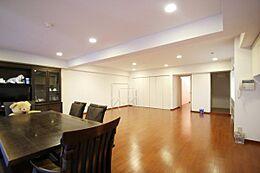 一枚板の漆黒のダイニングテーブルセットが映え、今ある家具家電付き販売となります。