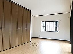 1F南東側約8帖洋室。大型のクローゼットもあり収納豊富です。(1)