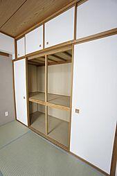 和室は押入れがついています。大容量の収納です。