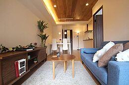 (リビングダイニング)リフォームが完了した室内は、グレードの高さを強調させるよう天井一面木材を採用。折り上げ天井だけでなく、住み心地良い住まいをご提供できるよう考えられた設計です。