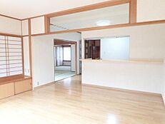 リフォーム中洋室と和室をつないでキッチンを移設し、約14帖のLDKへ間取り変更を行います。