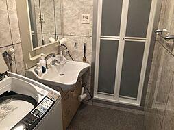 お風呂と洗面台、洗濯機の動線がスムーズです。 広々とした脱衣所です