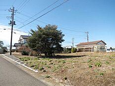 開放感ある角地、区域指定地内につきどなたでも住宅の建築が可能です。