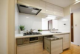 食洗機付きシステムキッチンで奥様の家事の負担を減らします。