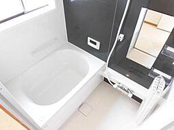 リフォーム済み。浴室はハウステック製の0.75坪のユニットバスに新品交換しました。自動湯張り・追い焚き機能付きで、いつでも温かいお湯につかれます。