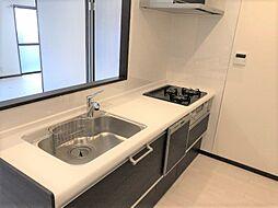 人気の対面式キッチンからはリビングダイニングが見渡せます。食器洗浄乾燥機付で家事の負担を軽減できます。