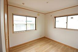 明るい色目の建具やフローリングは、他の家具やインテリアとも好相性