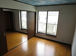 2階 洋室。バルコニーに出られる窓があり開放感たっぷり。豊かな開口がもたらす陽光、光を浴び心地よい時を刻みます。